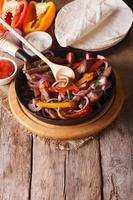ingredientes e fajitas mexicanas vista vertical acima, rústico foto