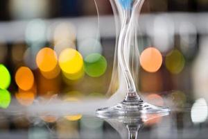 coquetel com vapor de gelo na mesa de bar foto