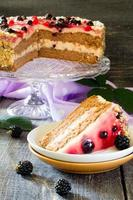 bolo, suflê e geléia de baga na mesa de madeira foto