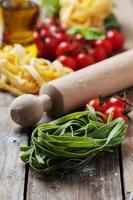 massas italianas cozidas em cima da mesa