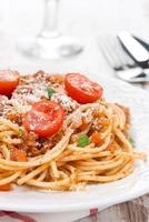 massa italiana - esparguete à bolonhesa em um prato, close-up foto