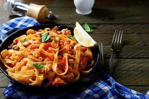 espaguete com frutos do mar em uma panela foto