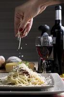 espaguete com molho de tomate com queijo foto