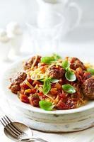 espaguete com almôndegas de carne e molho de vegetais