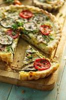 torta de abobrinha com tomate e ervas foto