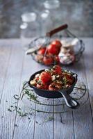 tomate cereja assado no forno com alho e queijo feta foto