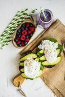 sanduíche saudável com abacate e ovos escalfados foto