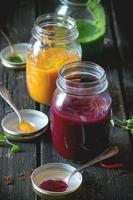 variedade de smoothies vegetais foto