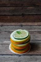 pilha de fatias de citrinos de ângulo, folha de hortelã foto