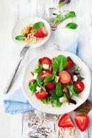 salada primavera com folhas de espinafre foto