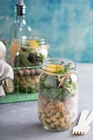 montar uma salada de jarro de pedreiro