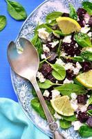 salada de espinafre com raiz de beterraba e queijo feta. foto
