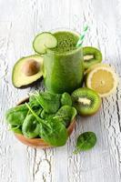verde fresco saudável desintoxicação batido com espinafre, abacate, kiwi.