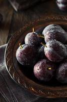 ameixas maduras de ameixa roxa orgânica
