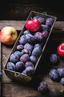 ameixas e maçãs foto