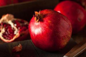 romãs vermelhas orgânicas cruas foto