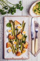 espargos grelhados com ovos de codorna