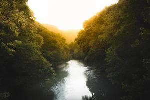 pôr do sol e rio foto