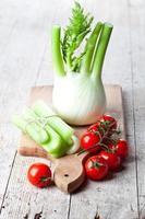 erva-doce orgânica fresca, aipo e tomate foto