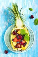 salada de frutas no abacaxi foto