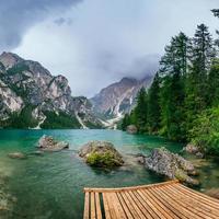 lago de montanha entre montanhas foto