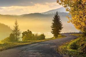 estrada de montanha para vila nas montanhas foto