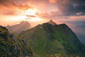 montanhas do nascer do sol foto