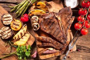 bifes com legumes grelhados