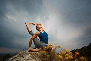 mulher fazendo yoga foto