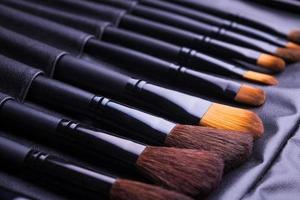 conjunto de pincéis de maquiagem preta em linha