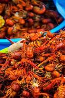 duas lagostas grandes tigelas empilhadas milho e batatas foto