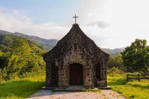 pequena igreja nas montanhas foto