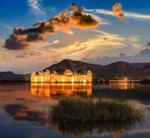 o palácio jal mahal ao nascer do sol.