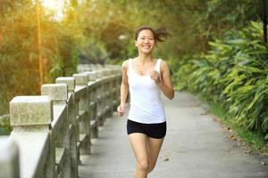 mulher de estilo de vida saudável correndo