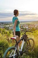 mulher de bicicleta de montanha foto