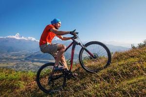 motociclista-menino nas montanhas do Himalaia, região de anapurna foto
