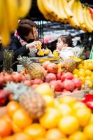 mãe e filha no mercado