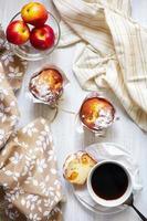mesa de café da manhã com bolos, café e frutas