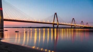 uma bela ponte em nhat tan ao pôr do sol