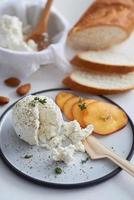 queijo ricota com frutas e pão foto