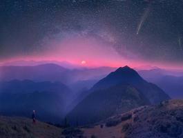Cárpatos, lua e estrelas no fundo