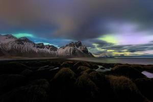 montanha vesturhorn e dunas de areia preta, islândia foto