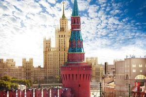 vista do aterro de kotelnicheskaya do kremlin foto