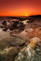 pôr do sol paisagem rochosa foto