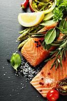 deliciosa porção de filé de salmão fresco com ervas aromáticas,