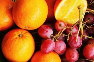várias frutas frescas - frutas cítricas - uva. foto