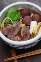 kamo nanban soba, macarrão de trigo sarraceno com pato e alho-poró foto