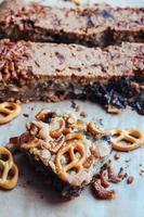 biscoitos com pretzels e chocolate foto