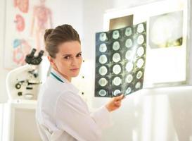 retrato de mulher médico com tomografia foto