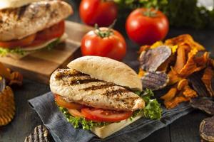 sanduíche de frango grelhado saudável